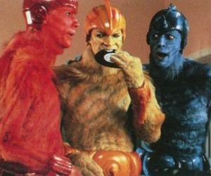 Goldblum is the blue alien. Still pimpin' it! Gettin' laid!