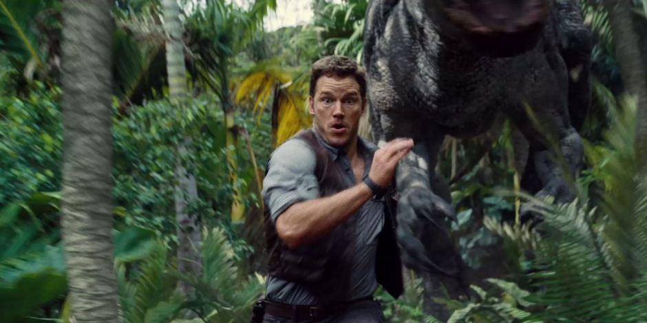 Chris Pratt Owen Grady Runs from Indominus Rex Jurassic World