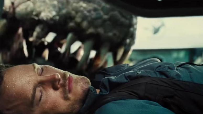 jurassic world chris pratt owen grady hides from indominus jaws